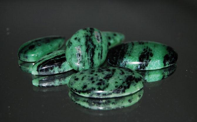 Жадеит как зеленые таблетки с черным