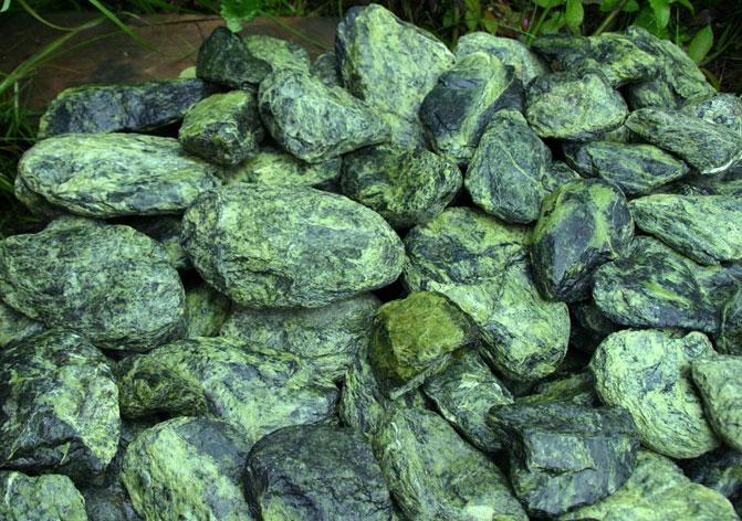 шершавые камни змеевика
