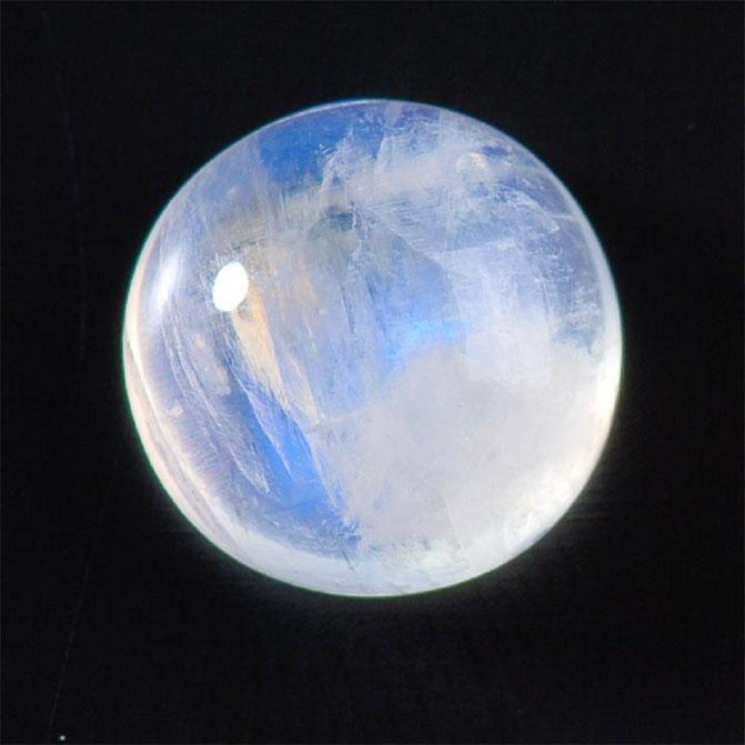 Лунный камень, действительно как Луна, очень похож издалека